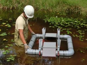 池の真ん中に設置